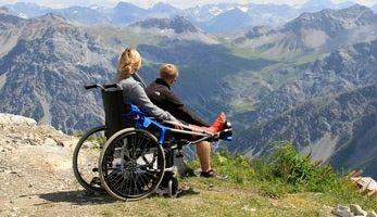 Rollstuhlfahrerin genießt die Aussicht in den Bergen dank Barrierefreiheit