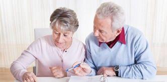 Älteres Paar kalkuliert Treppenlift-Kosten