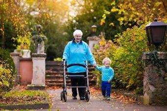 Sturzprophylaxe bei Senioren durch Gehhilfen