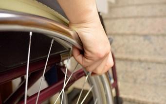 Utilisateurs de fauteuils roulants devant les escaliers sans ascenseur pour fauteuils roulants
