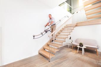 Mann mit Treppenhilfe