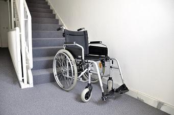 Rollstuhl im Treppenhaus