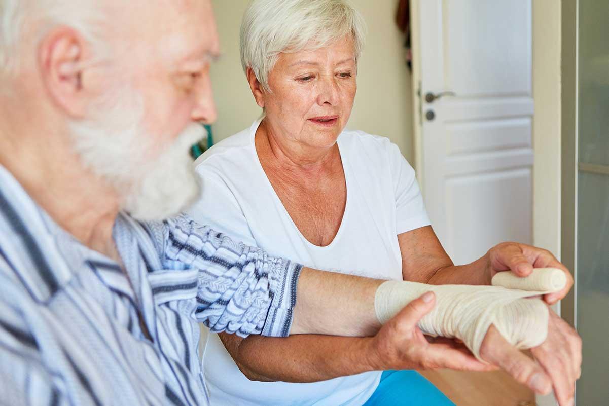 Verband anlegen bei Knochenbrüchen