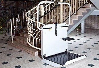 Plattformlift auf kurviger Treppe im Innenbereich