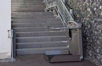 Treppenlift mit Plattform für Rollstuhlfahrer