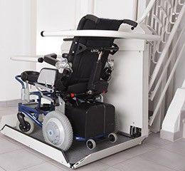 Plattformlift mit Rollstuhl im Innenbreich