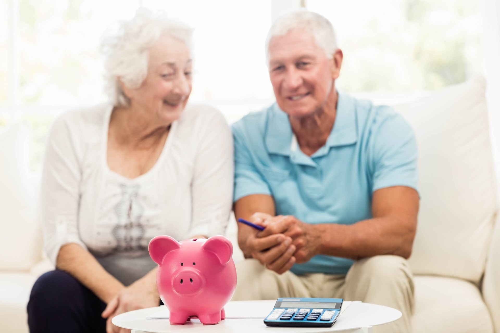 Un couple de personnes âgées reçoit des conseils d'achat de monte-escaliers