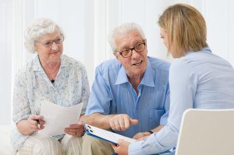 Couple de personnes âgées à louer un monte-escalier
