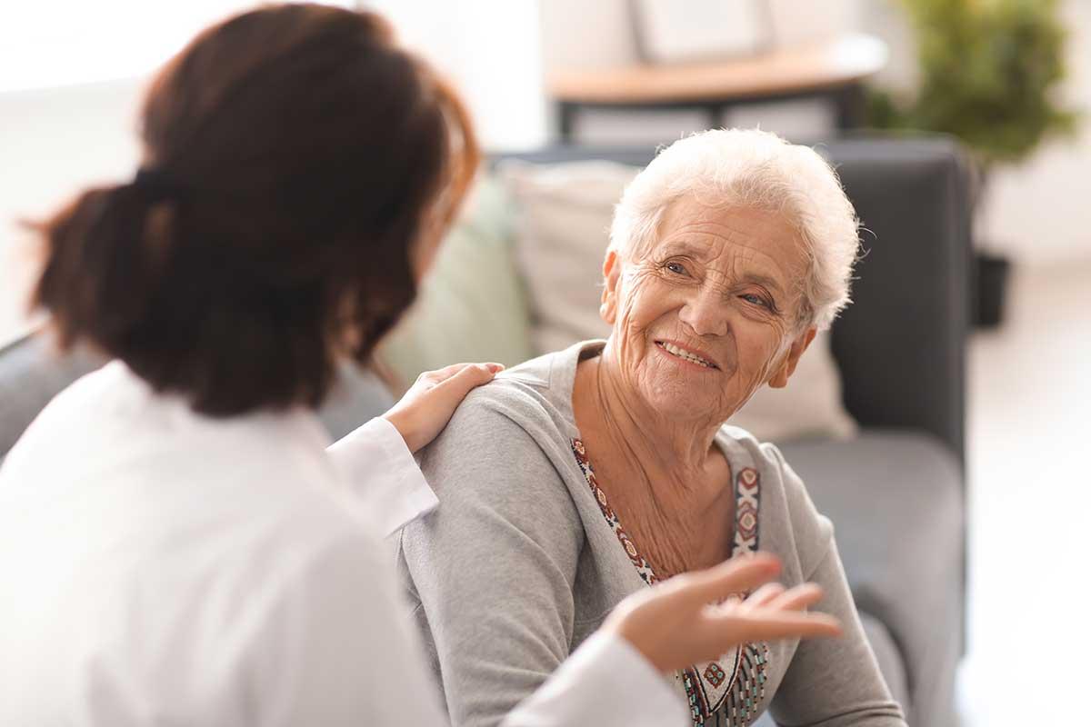 Pflegefachkraft pflegt Seniorin