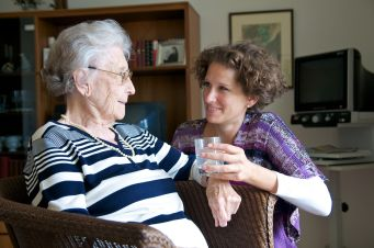 Angehörige pflegt Seniorin