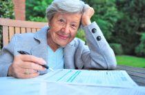 Seniorin setzt Treppenlift von Steuer ab