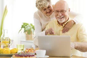 Älteres Ehepaar macht Preisvergleich von Treppenliften