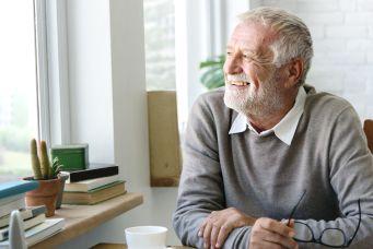 Rentner freut sich über Treppenlift-Verkauf