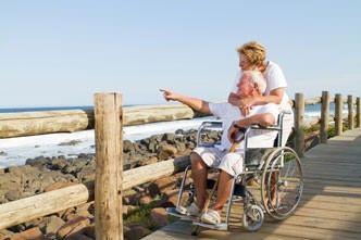Senioren reisen mit Reiseveranstaltern für barrierefreie Reisen