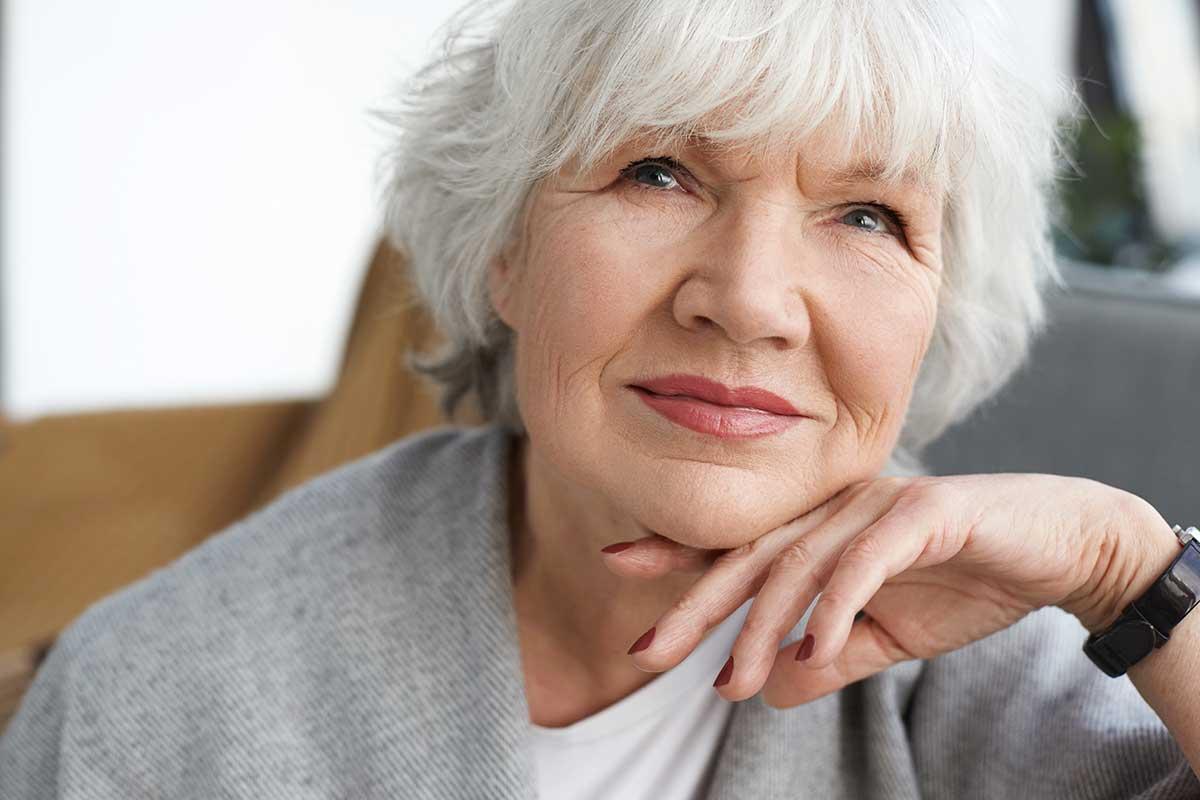 Versicherungen für Rentner: Ältere Dame wägt ab