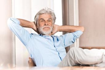 Détendu dans la vieillesse avec une bonne disposition pour la vieillesse