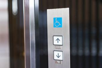 Barrierefreier Arbeitsplatz: Aufzug