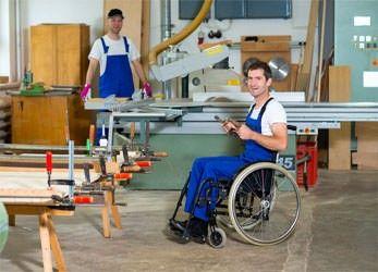Behindertengerechter Arbeitsplatz in der Industrie