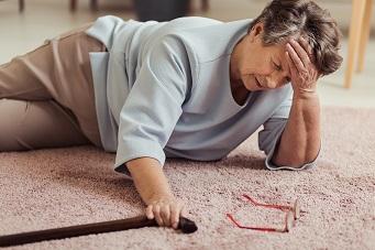 Seniorin nach einem Sturz