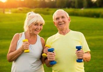 Sport für Senioren mit Hanteln