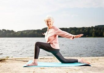 Yoga senior au bord du lac