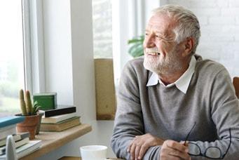 Senior bliebt durch Weiterbildung geistig fit