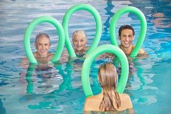 Piscine nouilles exercices senior natation