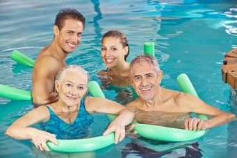Seniorenschwimmen Jung und Alt