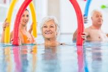 Poolnudeln beim Seniorenschwimmen