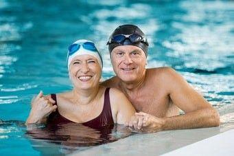 Paar beim Seniorenschwimmen