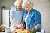 Ernährung im Alter: Senioren in der Küche