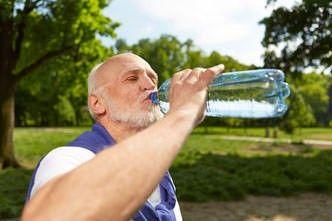 Viel trinken im Alter