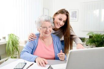 Internet für Senioren: Ältere Dame am Laptop
