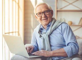 Internet für Senioren: Mann mit Laptop