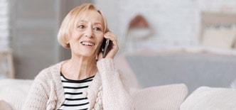Seniorenprodukte zur Kommunikation: Ältere Frau mit Seniorenhandy