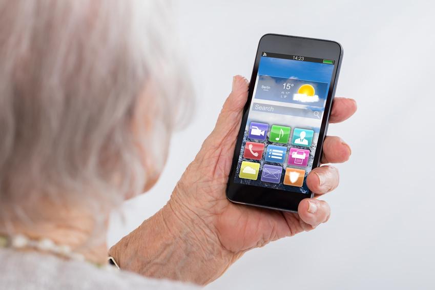 Femme âgée, à, téléphone portable