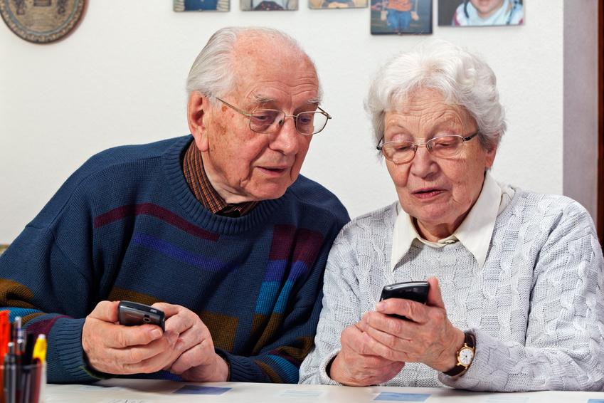 Aînés avec deux téléphones portables