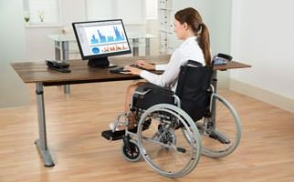 Frau am behindertengerechten Arbeitsplatz