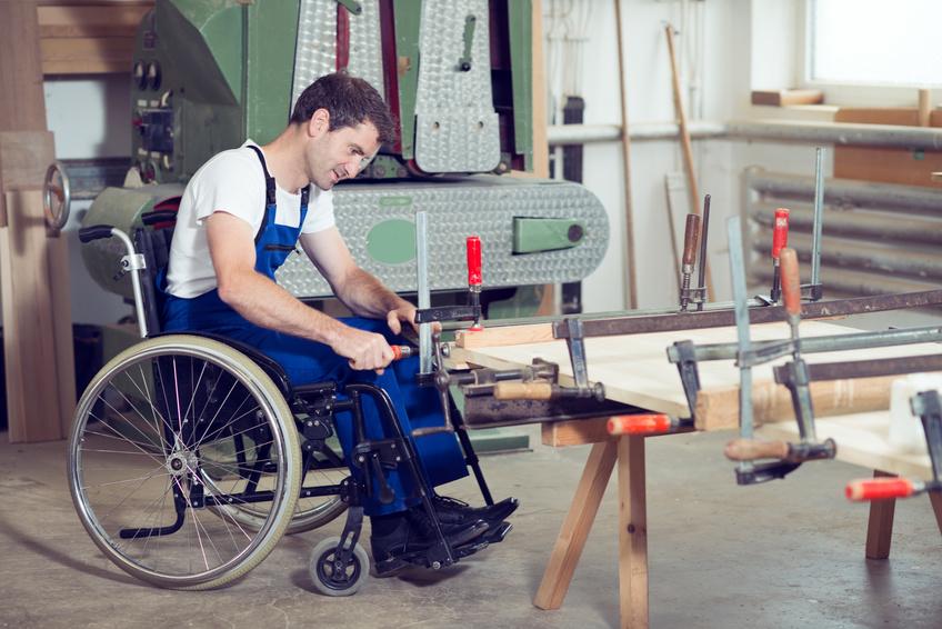 Person im Rollstuhl am Arbeitsplatz