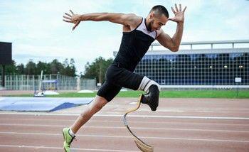 Laufen mit Carbonprothese beim Sport für Menschen mit Behinderung