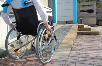Wohnen mit Behinderung:  Barrierefreier Zugang zum Wohnhaus