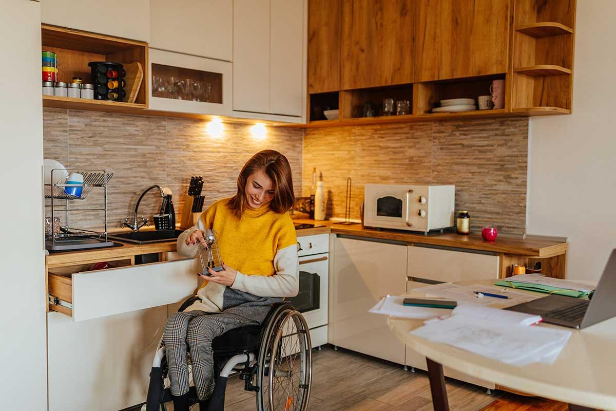 Homme dans un appartement accessible aux handicapés