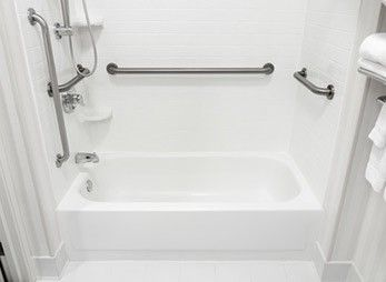 Badewanne mit Haltegriff und ausreichend Bewegungsflächen