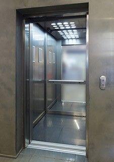 Klassischer Aufzug im Unterschied zum Senkrechtlift