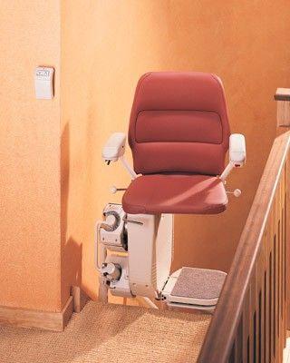 Machbarketi eines Sitzlifts auf gerader Treppe