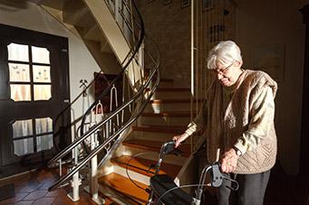 Treppen überwinden mit einem Stehlift
